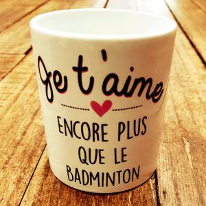 """Mug """"Je t'aime encore plus que le badminton"""""""